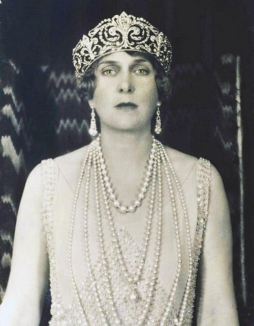 Retrato de la reina Victoria Eugenia de Battenberg. En esta foto ella luce la tiara Flor de Lis y el collar de perlas que había pertenecido a la reina Mercedes.