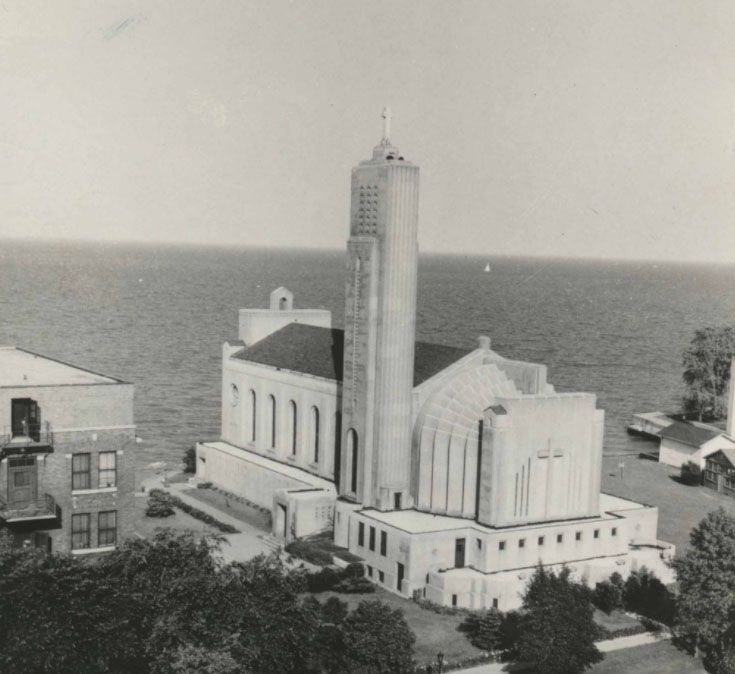 Madonna della Strada Chapel on Loyola University Chicago campus in 1989; source: @LUCArchives