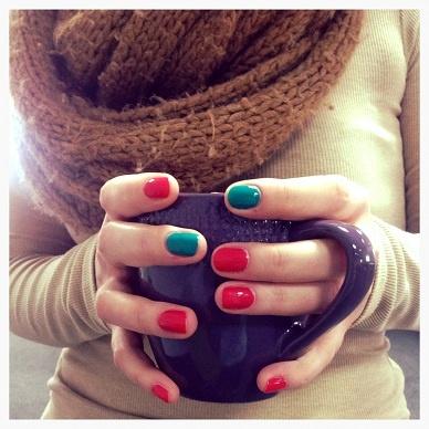 Kubkowy zawrót głowy!  Olga - nie lubi nudy i szarości, fioletowy kubek świetnie uzupełnia się z kolorowymi paznokciami i tatuażami.