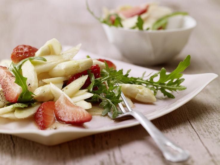 Pikante Überraschung: Das Königsgemüse und die roten Früchtchen auf einem Teller: Spargel-Rucola-Salat mit Erdbeeren und Vanille - smarter - Kalorien: 118 Kcal   Zeit: 45 min. #spargel #erdbeeren #spring
