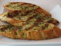 La preparación de las pizzetas caseras podrá utilizar cualquier tipo de pan, desde baguette, francés y hasta pan de molde.