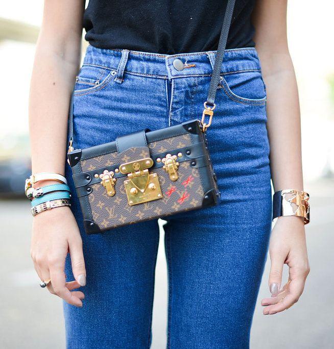 Portée sur le duo jean taille haute/tee-shirt tout simple, cette petite malle Louis Vuitton gagne en fashion appeal