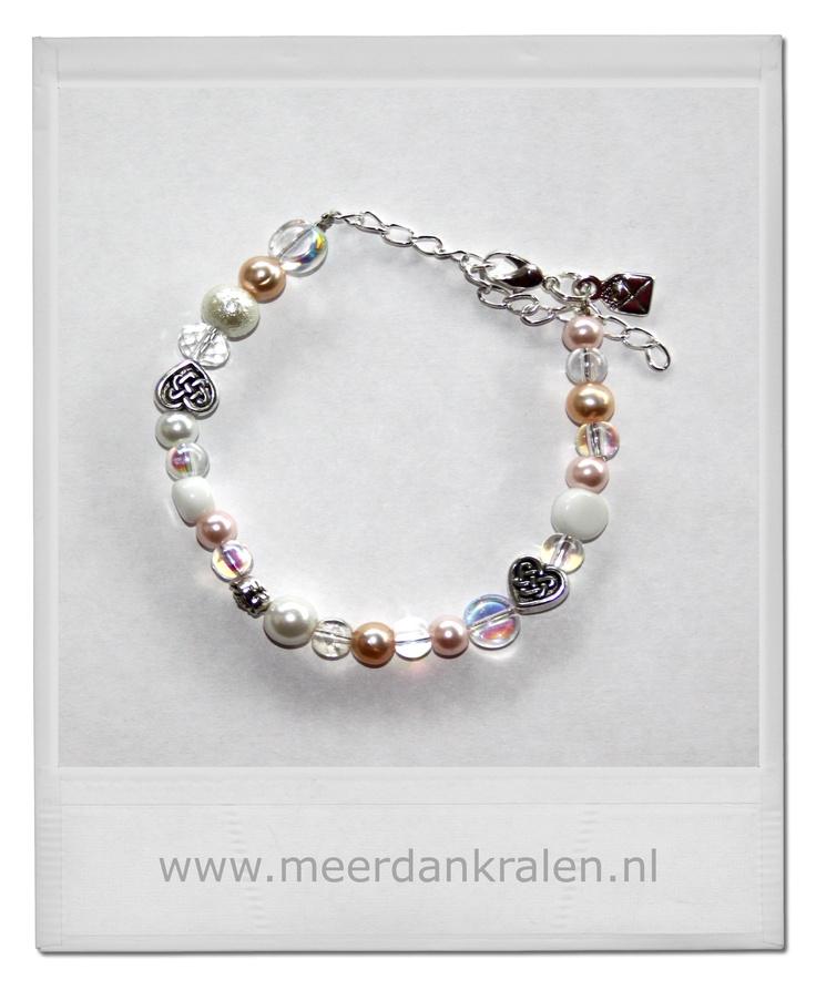 Een armbandje geïnspireerd op de zachte kleuren van de trouwkaart van Roel & Felicity, passend bij de tashanger.