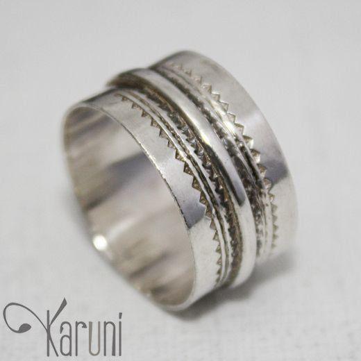Bague anneau en argent  KARUNI, pour Homme. Bijoux d'origine nigérienne, réalisés par des artisans touareg d'Agadez.