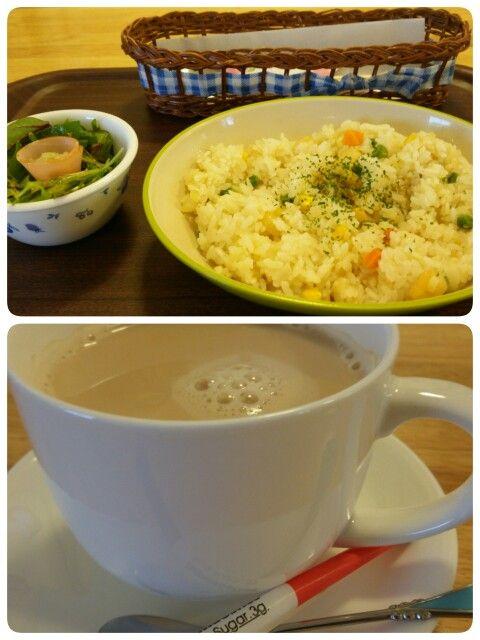 今日のお昼ごはんはオリジナルエビピラフセットとカフェオレいただいています。