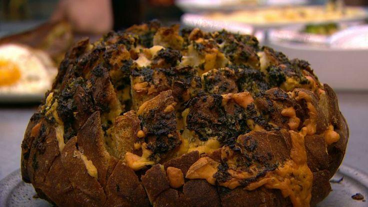 Det ultimative hvidløgsbrød er en lækker opskrift af Magnus Sonne og Hannah Grant fra Go' morgen Danmark, se flere snacks på mad.tv2.dk