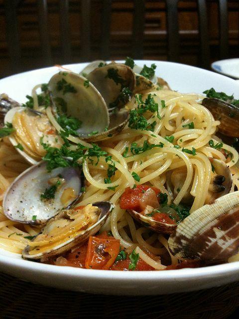 1 — Für das Feriengefühl: Spaghetti Mediterraneo Eine Pasta, die nach Süden schmeckt und duftet, ist jetzt genau das, was wir brauchen. Sie bringt wenig