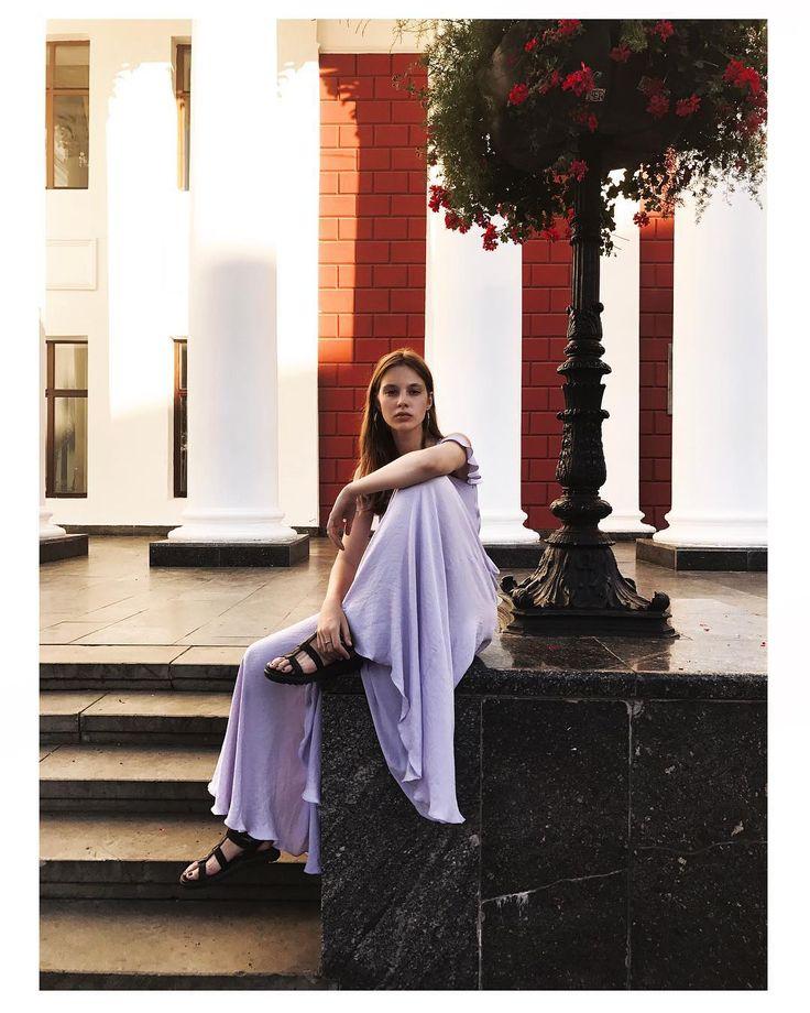 💗 Наши платья имеют души 💗 Душа этого воздушного платья в пол - лавандовые поля Прованса, и ароматы трав, разносящихся вольным ветром 👒 💨   Макси-платье с рюшами на плечах – 1899 грн, есть также в персиковом цвете 🍑  #MARSEESgirls #lavenderdress #vacationtime #платьевпол