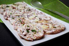 Il carpaccio di polpo è un piatto freddo scenico e raffinato, ottimo per un buffet primaverile.