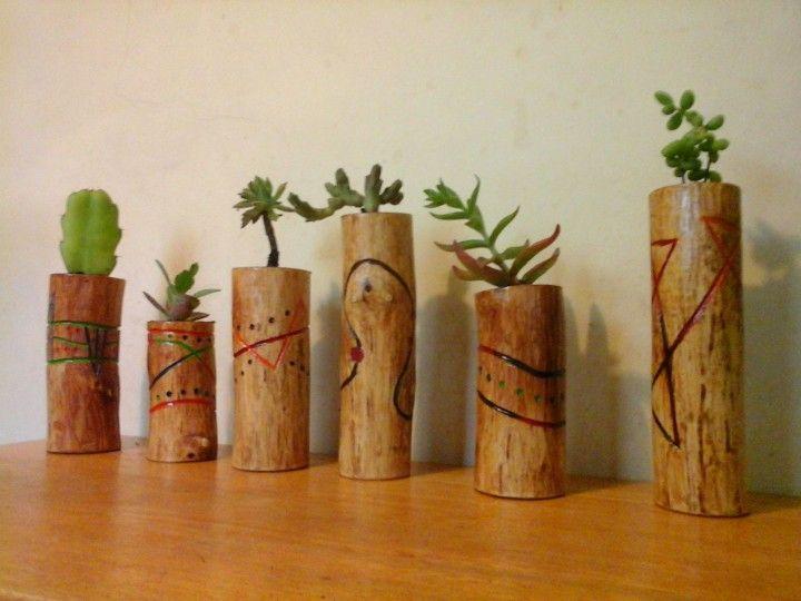 Los maceteros estan realizados en pequeños troncos naturales decorados a mano con diferentes técnicas, flores y plantas varias, no requieren demasiado cuidado, y de poco regado. Medidas desde 10cm.