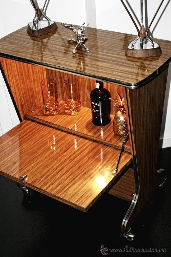 Mueble bar vintage con luz de los años 60 perfilado en plata, 220 €