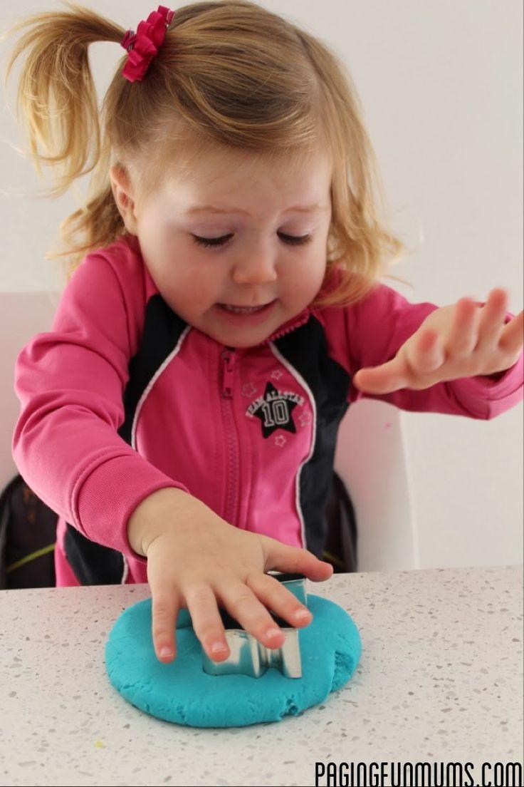 Häromdagen tipsade jag ju om hemmagjorda målarfärger  till barnen. Här kommer ett recept på hemmagjord trolldeg  också.   Blanda i en bunke:...