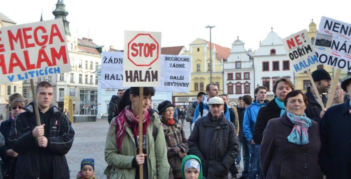 Průmyslové haly nechceme, říkají obyvatelé Litic. Na náměstí v Plzni se protestovalo