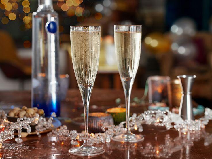 Εάν θέλετε να «απογειώσετε» το βράδυ της Πρωτοχρονιάς, ο συνδυασμός της εκλεκτής Ciroc με σαμπάνια είναι ιδανικός για την πρώτη πρόποση του χρόνου.
