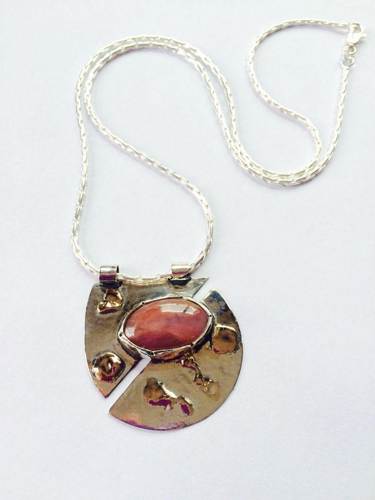 Ópalo rosa engarzado en plata con detalles en oro y cadena de plata