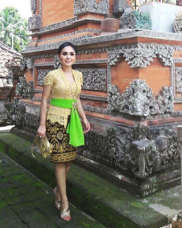 Penampilan Yuni dalam upacara pernikahan tersebut begitu cantik dan anggun. Dengan mengenakan kebaya khas Bali berwarna kuning.