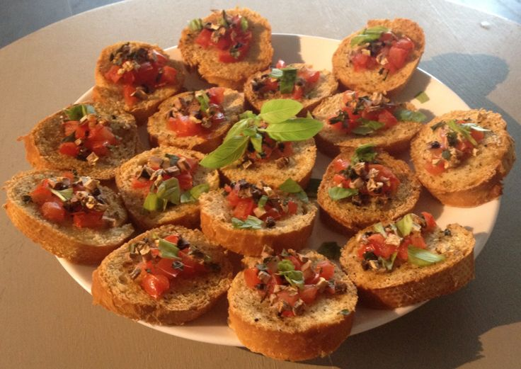Lekkere Italiaanse crostini's met tomaat, champignons en basilicum. Leuk voor bij de tapas. Guten Appetit!