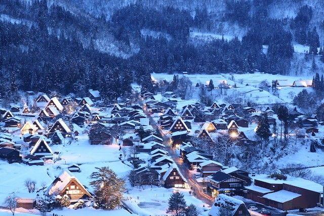 合掌造りの威力が発揮される冬、雪明かりが美しい♪