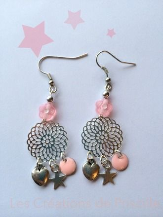 Boucles d'oreilles percées,  perles roses en forme de fleurs et petites gravures blanches, estampes rosaces argentées, breloques ronds en  émail époxy rose et breloques étoile - 11904575