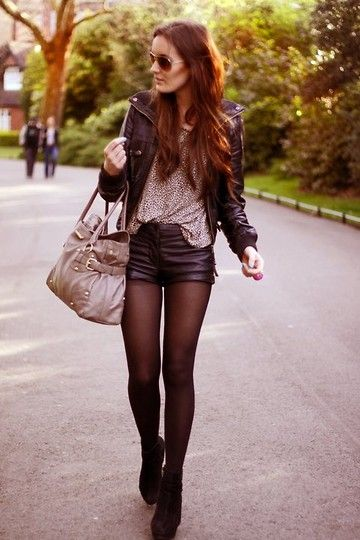 Pelle su pelle: shorts e giacca in pelle nera. Camicia e borsa in tinta