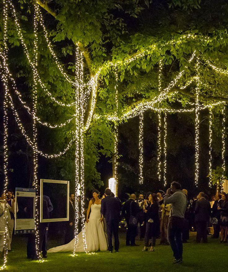 Allestimento matrimonio di sera con luci decorative romantiche