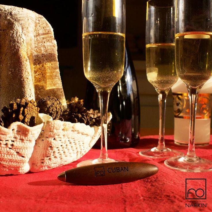 Un brindisi, una fetta di Pandoro e una #CUBAN. Stasera basta questo per essere felici.  ► http://www.napkinforever.com/it/collezioni/cuban Buon Natale da #NAPKINFOREVER #MadeinItaly
