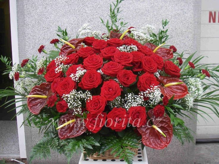 Květinový koš z růží, anthurií, karafiátů a nevěstina závoje
