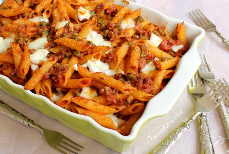 La Pasta Calena è uno sformato di pasta al forno con salsiccia, ragù, piselli e mozzarella molto ricco e gustoso. Facile da preparare ed anche abbastanza v