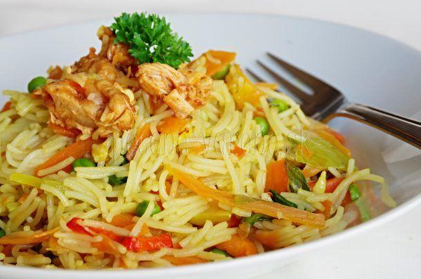 Opekané ryžové rezance s kuracím mäsom a zeleninou