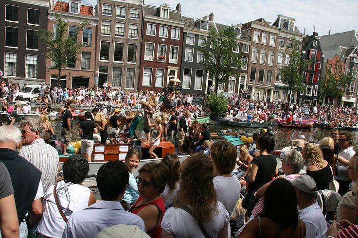 Uno scatto della Canal Parade del 2009: gioia e festa fra i canali su cui affacciano le tipiche case di Amsterdam