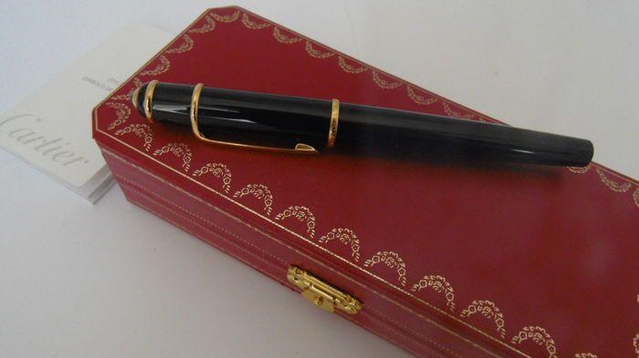 Stylo Diabolo Vulpen door Cartier zwart en goud.  Stylo Diabolo Fountain Pen door Cartier zwart en goud in uitstekend gebruik en behoud voorwaarde mooi mooi elegant en zeer goed uitgebalanceerd zodat het schrijven wordt een plezier. Het is een van de belangrijke stukken door Cartier en zoals ik al zei het is een echte schoonheid voor alles. Het vak is niet het origineel omdat het zeer slecht werkend door het vocht in een kast waar het voor een lange tijd heeft verbleven. God zij dank dat…