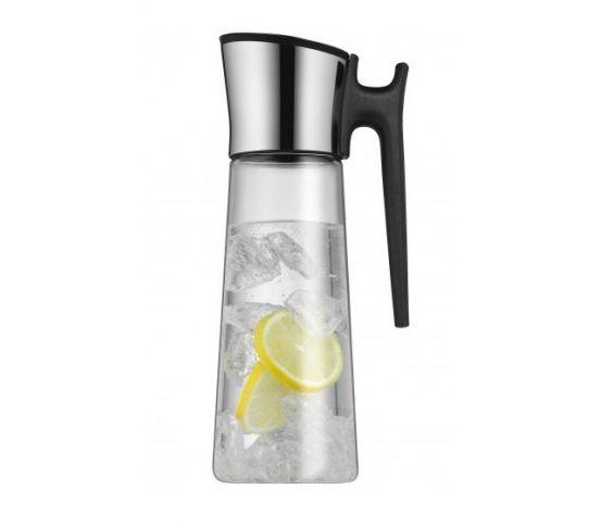 Funkcjonalna i elegancka karafka z uchwytem. Specjalnie zaprojektowane zamknięcie otwiera się niezależnie od strony w którą pochylimy karafkę. Naczynie to doskonale nadaje się do zimnych napojów, soków oraz wody. Woda z cytryną i lodem. Wakacje. Lato