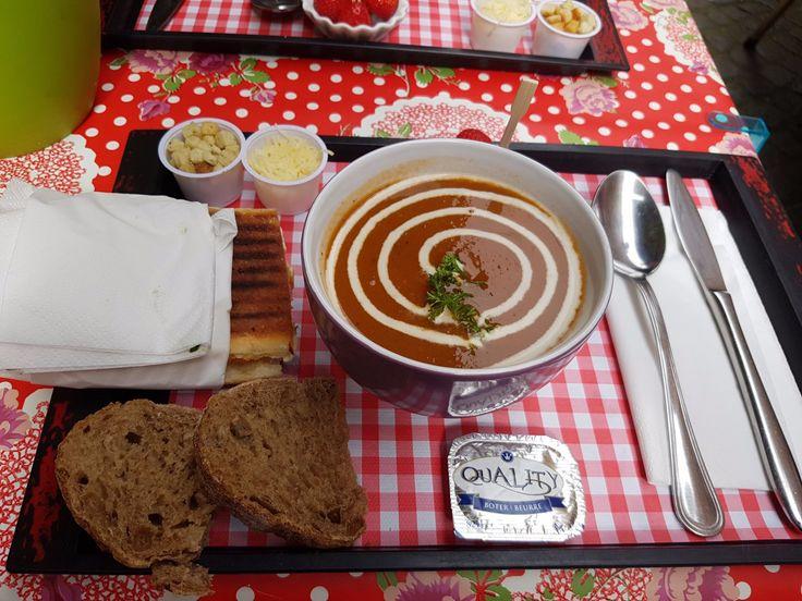 Soup  Les soupes sont faites maison, agrémentées de pain, beurre, croutons, fromage rappé.