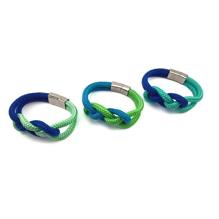 A két kedvenc színem, a zöld és a kék árnyalatainak variációiból készültek a kelta csomó mintájú karkötők, ezúttal 6 mm vastagságú paracordból, melyet minőségi, lapos mágneskapocs rögzít. (Az ár e…