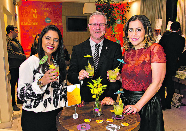 A gerente geral do Rio Hotel by Bourbon Curitiba Batel, Tatiane Marques (à esq.), o vice-presidente de operações da Rede Bourbon Hotéis &…