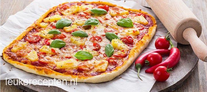 Lekkere zelfgemaakte pizza met ham, ananas, tomaatjes en een pittige bite van rode peper