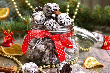 Cookies plis de chocolat dans un bocal sur un fond de f te  Banque d'images