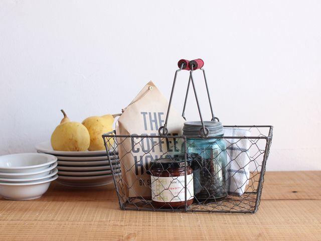 コーヒーや調味料を入れて、キッチンに。見せる収納にぴったりのアイテムです。