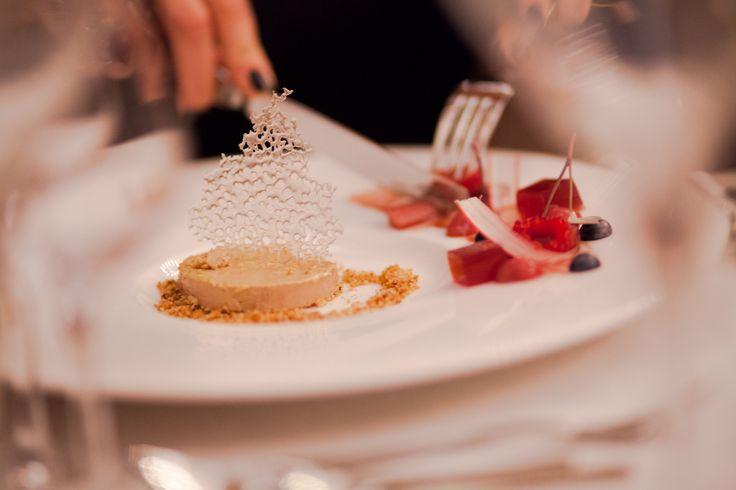 Fois gras! Tuile z czarnym pieprzem, rabarbar.