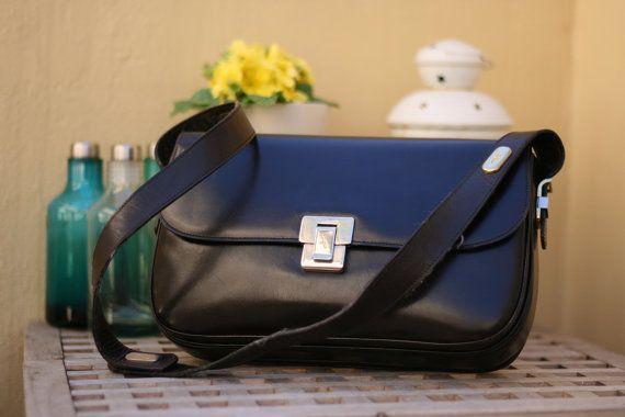 Borsa a tracolla vintage in pelle nera / vintage genuine leather shoulder bag. #ambrarose #vintage #shoulderbag #bag #leather