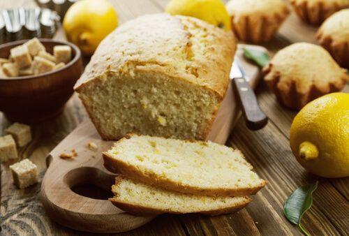 El bizcocho de queso crema y limón se hace de forma muy similar a la torta de vainilla tradicional, pero a la que se le suman estos dos ingredientes para que tenga una consistencia algo cremosa y un toque cítrico.