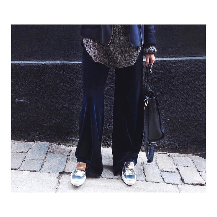 @tessahlstrom wearing our Sporty Velvet Pants Blue Graphite
