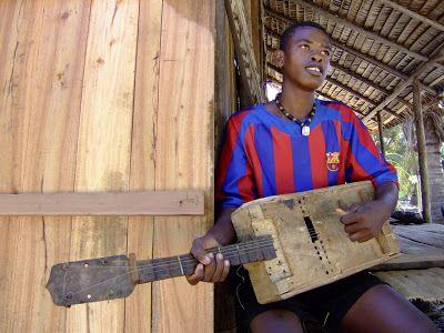 Le kabosy, kabosse ou kabossy est un instrument de musique à cordes de Madagascar