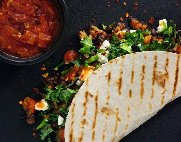 Kål og bønner. Bønnetaco med grønnkål og feta tilfredsstiller vegetarianere, og den kan være et godt alternativ til kjøttfri mandag-taco. Bruk pintobønner hvis de er å oppdrive, de er litt jordaktige på smak og har lett sødme, men svarte eller kidneybønner duger også.
