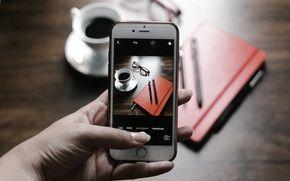 Обои фото, кофе, рука, камера, чашка, телефон, ручки, iphone, экран, снимок, ежедневник, айфон