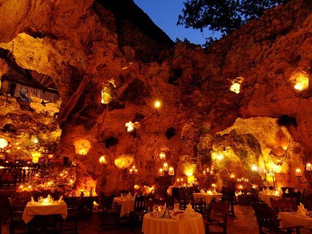 O restaurante Ali Barbour´s Cave fica dentro de uma caverna no Quênia