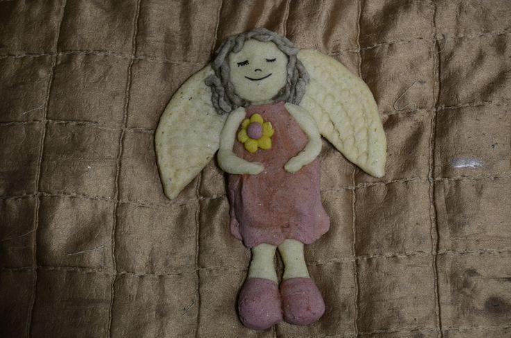Anielica nr 3 jest w sukieneczce farbowanej barszczykiem buraczkowym, a jej kwiatuszek ma kurkumowe płatki.Wystarczy dodać niewielką ilość, aby osiągnąć intensywne kolory za pomocą tych nat…