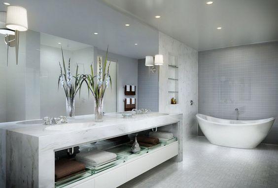 Cuarto de baño con muebles de mármol