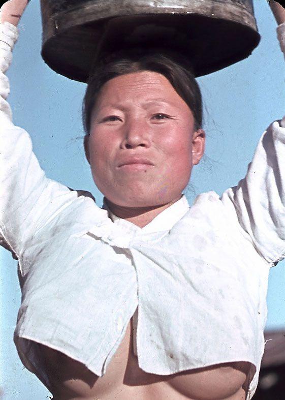 Korean mother and child. Korean countryside near Seoul in fall  of 1945  Korean Teahouse, 1945 in Seoul Refugees: Fusan 1945, now ... 日本国統治後この風習は禁止されましたが、韓国人は乳出しを止めることはなく、1950年代末期までこの様に乳を出して生活していました。信じられませんが、これが韓国人女性の真実です。世界一貞操観念のない女性が韓国人です。現在、世界中で韓国人女性が売春を行なっている事実がそれを証明しています。