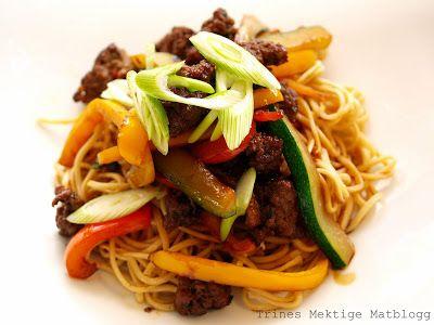 » Nudelwok med kjøttdeig, chili, squash og paprika